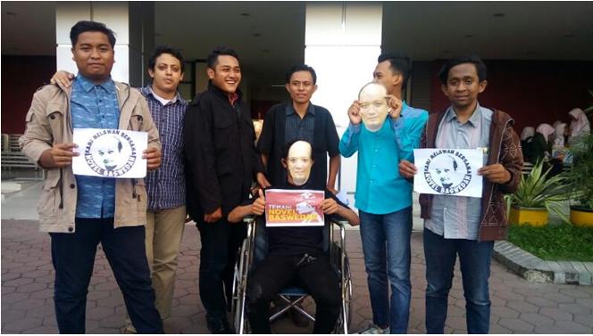100 Topeng Mahasiswa FH UM Surabaya Sebagai Bentuk Kecaman Terhadap Penyiraman Air Keras Kepada Penyidik KPK Novel Baswedan