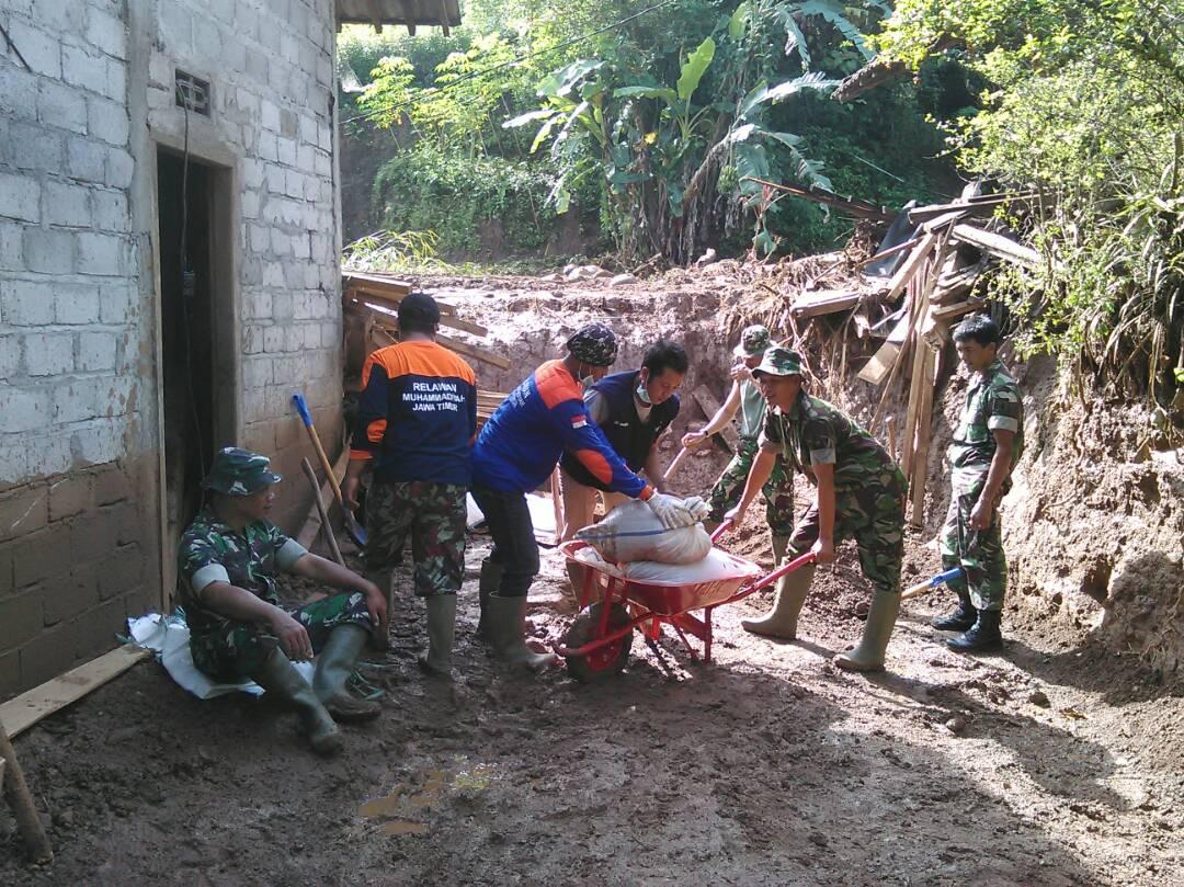 IMM Surabaya Terjun Langsung Membantu Korban Bencana Tanah Longsor Ponorogo